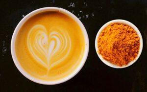 Gezonde latte, curcumin, geelwortel, warme drank, gember, ginger, kaneel, amandelmelk